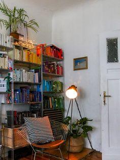 #Interior Update // Eine #Leselampe Für Die Minibibliothek #Bücherregal  Nach Farben Sortiert