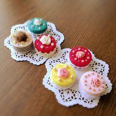 ペットボトルのキャップを使った直径訳3cmのふぇいくけぇきです。使っている布はカットソーからのリメイクです。このままでも可愛い小物ですが、バレッタやパッチピンにする予定です。 Felt Diy, Felt Crafts, Diy And Crafts, Crafts For Kids, Quilling Cake, Paper Quilling, Felt Cake, Fake Cupcakes, Recycled Crafts Kids