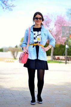 Camiseta de snoopy y camisa vaquera para un look informal