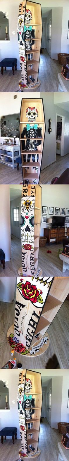 This is a bookshelf coffin that shows decoration for Dia de los Muertos. Since dead people are placed in a coffin this is represents the dead of course. Hm Deco, Tattoo Und Piercing, Decoration Inspiration, Home And Deco, Day Of The Dead, Coffin, Cool Furniture, Halloween Decorations, Projects To Try