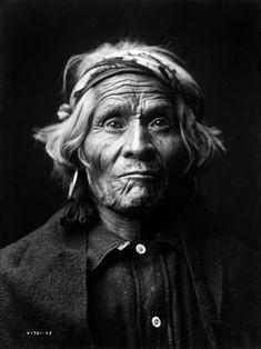 """Edward Curtis.  trabajó más de 30 años en  documentar la vida, costumbres, mitos, hábitos, religión, lengua y más, de decenas de tribus americanas. Su respeto por las mismas, fue una de las razones por la que lentamente fue ganando la confianza de los """"indios"""".  Se dice que los indios americanos consideraron a Curtis como uno de los pocos, quizá el único blanco a quien permitieron, los chamanes, conocer """"El Gran Misterio"""":el manitu"""