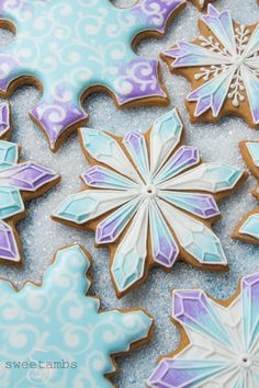 Gingerbread snowflake cookies inspired by the movie Frozen! Gingerbread snowflake cookies inspired by the movie Frozen! Christmas Food Gifts, Christmas Sugar Cookies, Christmas Sweets, Holiday Cookies, Christmas Baking, Frozen Christmas, Summer Cookies, Valentine Cookies, Easter Cookies