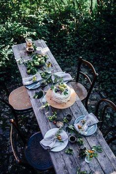 una mesa , naturaleza.. hojas y mucho ..mucho cariño!