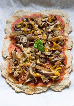 Questa pizza è magica perché è velocissima da fare, non richiede lievitazione ed è senza glutine e senza farina. Diventerà la tua base della pizza preferita.