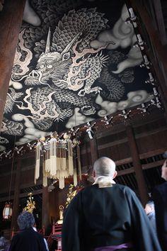Celing paint by Junsaku KOIZUMI at Kennin-ji temple, Kyoto, Japan 建仁寺法堂天井画「双龍図」小泉淳作