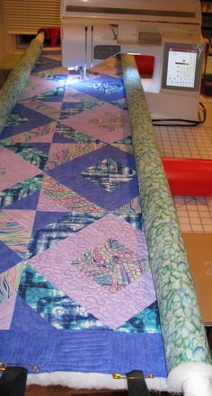 Simple DIY machine quilting frame. I don't know how on earth I ... : flynn quilting frame video - Adamdwight.com