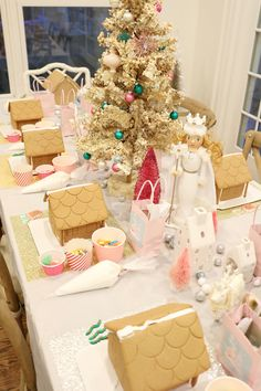 Gingerbread House Decorating Party + FREE Printables for the perfect holiday birthday party idea or Christmas party for children Gingerbread House Parties, Gingerbread Decorations, Christmas Gingerbread House, Kids Christmas, Gingerbread Houses, Christmas Christmas, Christmas Presents, Christmas Party Decorations, Father Christmas