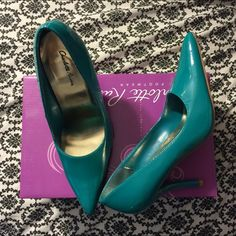 Teal Pointed Toe Shoes Teal Green Pointed Toe Shoe size 6. Brand New. I have this also is gold, blue, red, pink, Etc just ask if you're looking for a specific color. I'll sell for $15 each if you buy multiple colors. Super comfy to wear. #shoes #pumps #pointedtoe #stiletto #heels Shoes Heels