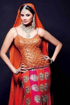 Daisy Shah turns item girl in Sudeep's next