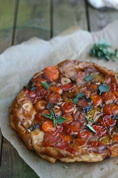 Tomaten tarte tatin met geiten-roomkaas. Ondanks dat ik me dit weekend met totaal andere dingen heb bezig gehouden dan tarte tatins. Namelijk met garnalen. Samen met...
