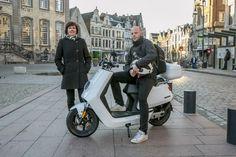Marleen Muysoms neemt de trein, terwijl collega Sam Reyntjens de afstand Lier-Antwerpen op een elektrische scooter aflegt. Wat maken ze mee op hun tocht va...