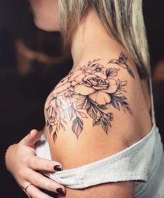 Most Beautiful Shoulder Tattoos for Women shoulder tattoo design, shoulder sexy tattoos, shoulder flower tattoos, small shoulder tattoo ideas, lace tattoos Tattoos Schulter, Tattoo Schulter Frau, Trendy Tattoos, Sexy Tattoos, Body Art Tattoos, Tatoos, Wing Tattoos, Female Tattoos, Tattoos Pics