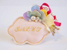 雲の形をしたコサージュピンです。お花やパール、リボンなどを付けて華やかに仕上げているのでシンプルなコーディネートのちょっとしたポイントにどうぞ。ヘアクリップと...|ハンドメイド、手作り、手仕事品の通販・販売・購入ならCreema。