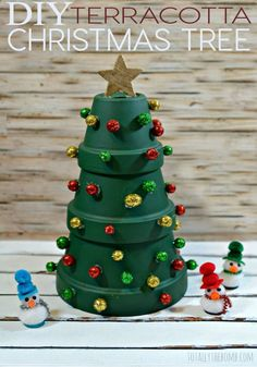 kids christmas DIY Terrakotta-Weihnachtsbaum (Weihnachtshandwerk) Weed out. Christmas Crafts To Make, Diy Christmas Tree, Christmas Projects, Winter Christmas, Holiday Crafts, Christmas Decorations, Christmas Ornaments, Christmas Ideas, Tree Decorations