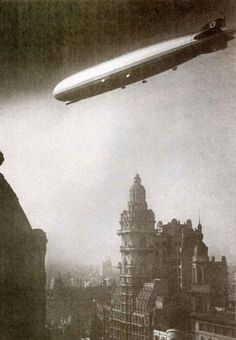 En 1934 el Graf Zeppelin sobrevoló Buenos Aires. Aquí pasando sobre el palacio Barolo.