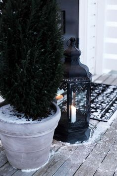 Giv en skøn velkomst videre - både ved for- og havedøren. Christmas Lanterns, Christmas Past, Winter Christmas, Winter Holidays, Lantern Candle Holders, Candle Lanterns, Winter Balcony, Black Lantern, Outdoor Life