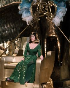 Cleopatra Elizabeth Taylor In Green Dress On Gold Throne Egyptian Set Photo Elizabeth Taylor Cleopatra, Elizabeth Taylor Schmuck, Elizabeth Taylor Eyes, Lady Elizabeth, Keira Knightley, Vogue Paris, Cleopatra Dress, The Young Victoria, Hollywood Actresses