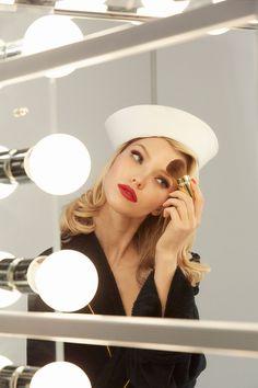 Petite pause maquillage  dans les backstages du shooting pour le calendrier Pirelli 2015. #pirellicalendar #calendrierpirelli