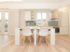 Kitchen with Skema lamiante flooring Living Facile+ Rovere Sunny Kitchen Furniture, Furniture Design, Good House, Design Process, Choices, Kitchen Design, Flooring, How To Plan, Table