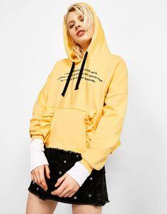 Sweatshirt com capuz folhos bolso e texto - New - Bershka Portugal
