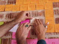 Arte Post-it® con Paula Valero    Utiliza las etiquetas Post-it® para organizar el desorden de cables en tu casa.