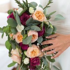 ramo de novia de eucalipto, rosa inglesa y rosa blueberry
