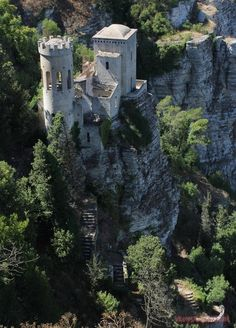 Заброшенный замок на острове Сицилия