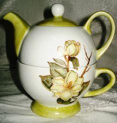 Tetera en porcelana con diseño de magnolias.