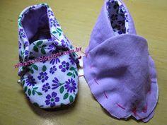 Olá meninas,   Aqui estão alguns dos sapatinhos que acabei de fazer, com os moldes e alguns com pap para que vocês possam aproveitar b... Doll Shoe Patterns, Baby Shoes Pattern, Baby Clothes Patterns, Baby Doll Clothes, Sewing Toys, Baby Sewing, Baby Girl Dresses, Baby Dress, Crochet Flip Flops