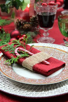 Christmas Napkins and Fancy Folding Ideas - Christmas Celebration - All about Christmas Fancy Christmas Napkin Folding Ideas - Christmas Celebration - All about Christmas Christmas Table Settings, Christmas Tablescapes, Christmas Table Decorations, Decoration Table, Noel Christmas, Country Christmas, All Things Christmas, Xmas, Christmas Place