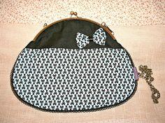 Bolso azul y negro estampado de gatitos, con forro interior y cadena de quita y pon, existe monedero a juego