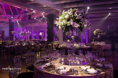 arranjos de vidro e flores brancas