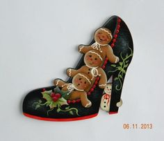 Three Gingerbread in a Black Shoe Gingerbread Ornaments, Christmas Gingerbread, Gingerbread Houses, Easy Christmas Ornaments, Christmas Art, Christmas Paintings, Christmas Ideas, Pintura Country, Decorated Shoes
