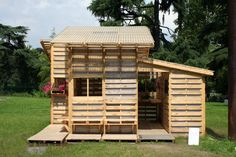 Eco Emergency Shelter Built Entirely From Shipping Pallets. I would use this as a garden shed :) Green house idea? Pallet Fort, Pallet Playhouse, Pallet Shed, Pallet House, Garden Playhouse, Pallet Greenhouse, Playhouse Plans, Garden Gazebo, Pallet Crafts
