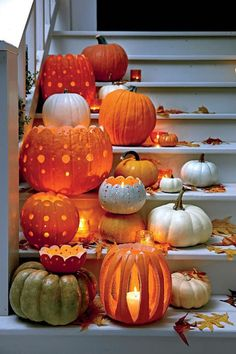 kleine und große Kürbisse mit Löcher auf der Treppe geordnet   Bastelideen Halloween