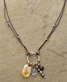 Heart of Charms Collier lin par Elizabeth Plumb Bijoux Diy Necklace, Leather Necklace, Leather Jewelry, Necklace Designs, Wire Jewelry, Boho Jewelry, Jewelry Art, Beaded Jewelry, Jewelry Necklaces