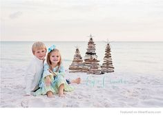 Christmas at the beach - Holiday Photography Inspiration on I Heart Faces… Summer Christmas, Christmas Minis, Cozy Christmas, Christmas Photo Cards, Beach Holiday, Winter Beach, Coastal Christmas, Beach Christmas Pictures, Holiday Pictures