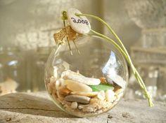 idée de décoration pour Noël - sphère transparente remplie de coquillages et sable