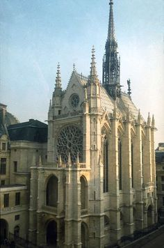 Sainte Chapelle, Paris -  situata nell'Île de la Cité, è uno dei più importanti monumenti dell'architettura gotica.Venne costruita per volere di Luigi IX come cappella palatina del medievale palazzo dei re di Francia al fine di custodirvi la Corona di spine, un frammento della Vera Croce e diverse altre reliquie della Passione che il sovrano aveva acquisito a partire dal 1239.