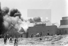 INCENDIO EN CARABANCHEL: Madrid, 17-8-1963.- Un almacén de neumáticos y cinco casas ardieron en el barrio de Carabanchel. Más de 20.000 cubiertas de ruedas de automóvil se quemaron, y fueron necesarias dos horas para sofocar el incendio..Trece coches de bomberos y tanques de la policía Armada intervinieron en los trabajos de extinción. EFE/Fiel/aa