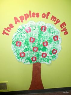 Tippytoe Crafts: Apple Tree Class Display (use hand prints for the tree and put kids' pictures on cut out apples. Apple Bulletin Boards, Daycare Bulletin Boards, Bulletin Board Tree, Infant Bulletin Board, Daycare Crafts, Classroom Crafts, Baby Crafts, Toddler Crafts, Classroom Ideas