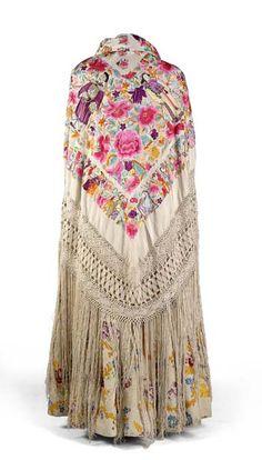 Mantón de seda color crudo, con flecos del mismo material, decorado con figuras orientales y flores bordadas. Museo del Traje. Madrid. España