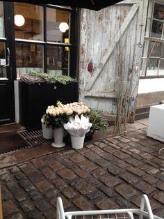 Fine blomster utenfor Minamilanda  butikken