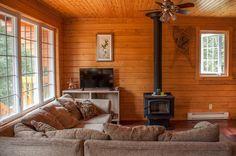 L'intérieur du Chalet le Malard.Salon, télé HD, satellite, DVD, livres, poêle à bois l'hiver.