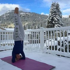 ❄️Nothing more refreshing then a morning yoga flow Christmas morning outside in the snow!!! ❄  #yoga #yogini #yogaworld #yogaeverydamnday #instalove #love #igyoga #yogaeverywhere #yogalove #yogalife #igyoga #yogatrail #headstand #merrychristmas #bc #canada #winter #snow