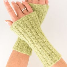 A nice gift idea that is quickly knitted are these wrist warmers in the coffee bean pattern. Stitches are increased for the thumb. Finally, to prevent the wrist warmers from slipping, knit a bridge between the palm and thumb. Knitting Blogs, Knitting For Beginners, Knitting Patterns, Crochet Patterns, Fall Knitting, Crochet Patron, Knit Crochet, Personalized Christmas Gifts, Wrist Warmers