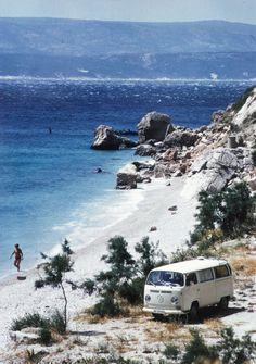 Weltreise im VW-Bus: Zwei Leben auf vier Rädern – Makarska, Kroatien. 1971  |  © Max & Elly Randegger