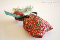 Voňavé levanduľové vrecúška - Návody - napady.pravda.sk Christmas Ornaments, Holiday Decor, Christmas Jewelry, Christmas Decorations, Christmas Decor