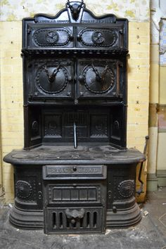 Vintage Stag's Head cook stove from National Stove Works, New York, USA. What a gaudy old stove! Antique Kitchen Stoves, Antique Wood Stove, How To Antique Wood, Wood Burning Cook Stove, Wood Stove Cooking, Coal Stove, New Stove, Cuisinières Vintage, Antique Cast Iron Stove