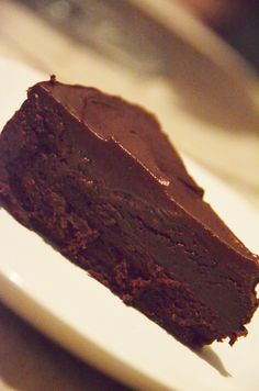 Bolo Ganache de Chocolate | Hat & Apron I Love Chocolate, Chocolate Cake, Cupcakes, Cupcake Cakes, Wine Recipes, Dessert Recipes, Desserts, Cookie Dough Frosting, Candy Cakes